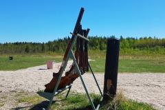 Nuorten-ja-naisten-haulikkoleiri-2018-aseet-telineessa