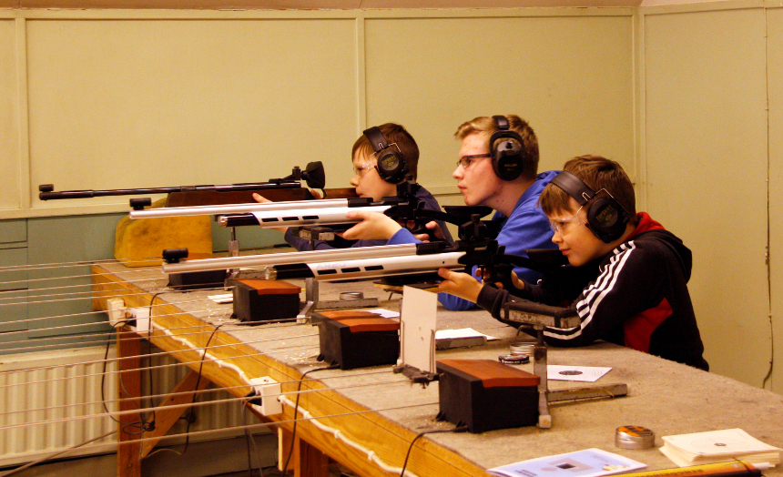 Kuvassa juniorit harjoitteleva ilma-asesimulaattorilla.