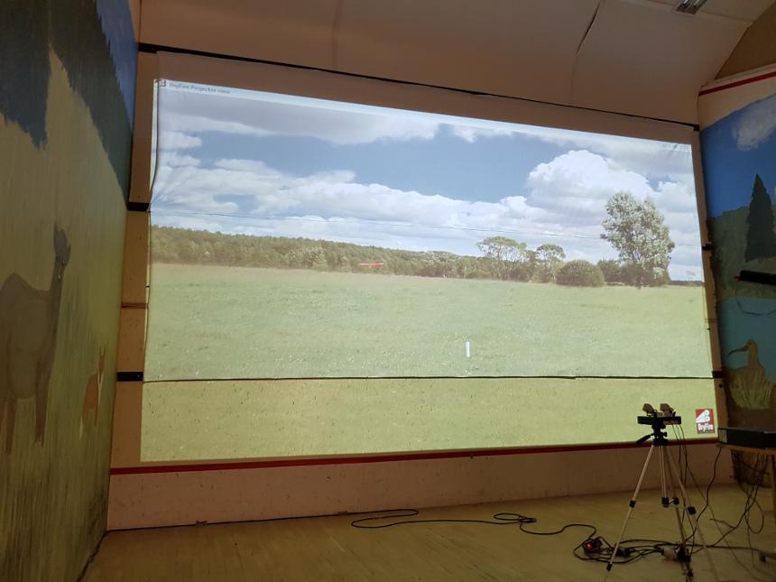 Kuvassa haulikkosimulaattorin maisemakuva niitystä