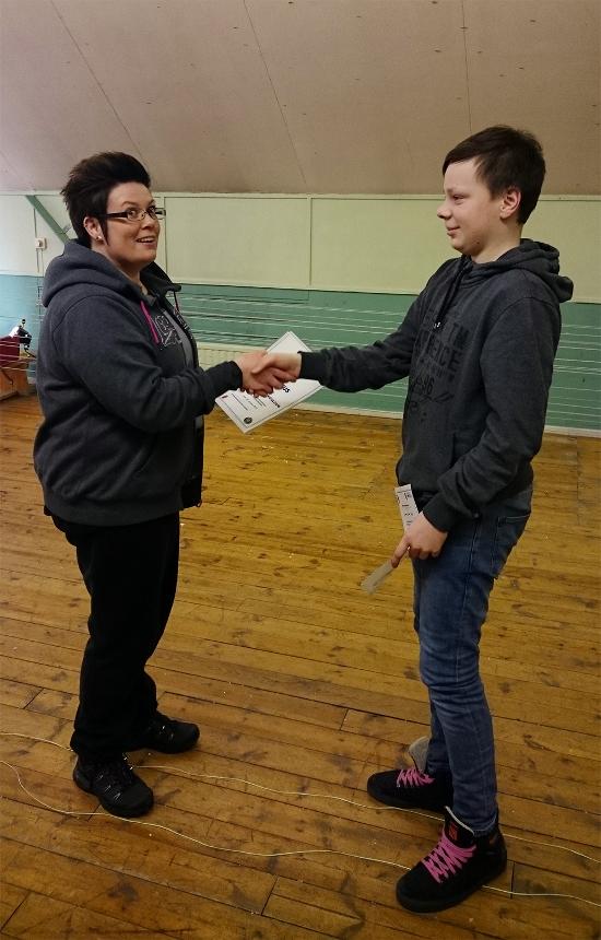 Kuvassa nuorisojaosteon vetäjä kättelee diplomin saajaa